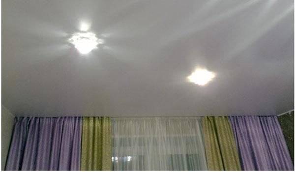 Светодиодные лампочки на потолке