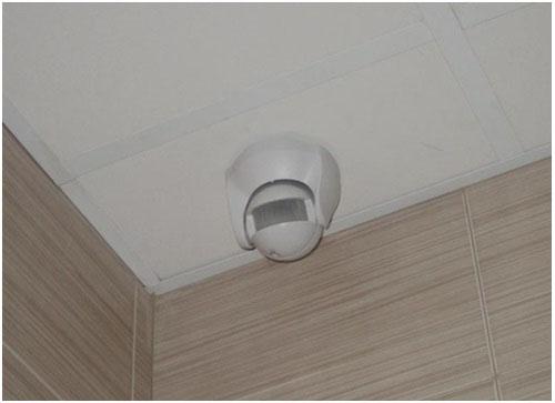Датчик движения, вмонтированный в потолок