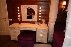 Подсветка зеркала в спальне