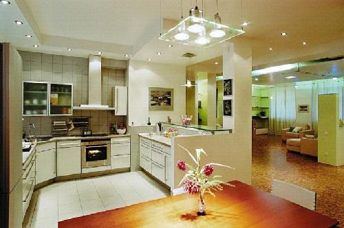 Кухня с освещением по периметру
