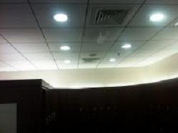 Потолок с круглыми светодиодными панелями