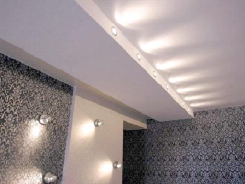 Комната с точечным освещением