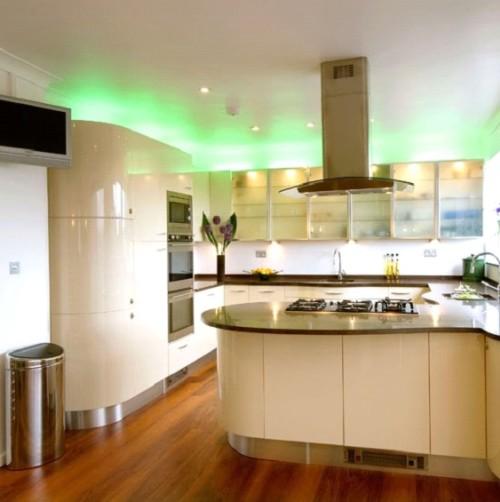 Просторная кухня с подсветкой