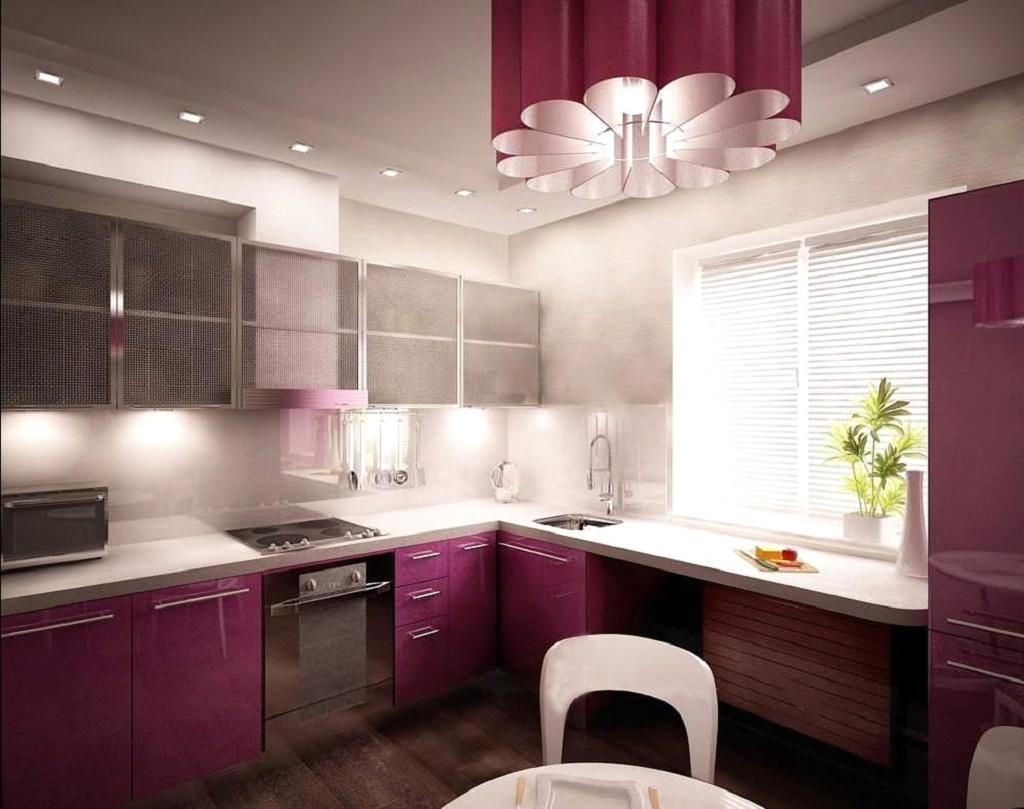 Просторная кухня с освещением