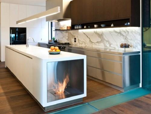 Интерьер кухни с камином