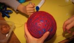 Обмотка шарика нитками