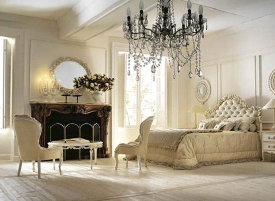 Комната с бронзовой люстрой