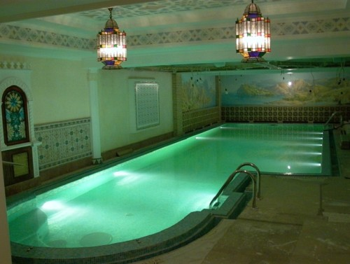 Люстра над бассейном