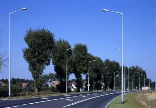 Металлические столбы возле дороги