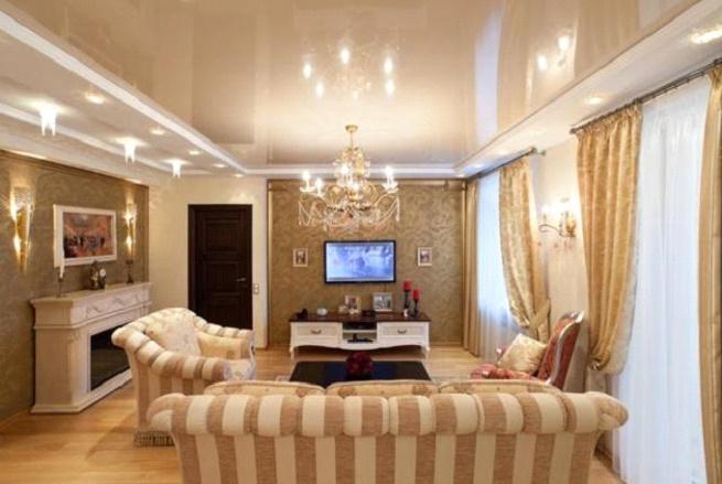 Люстра в комнате с натяжным потолком