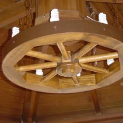 Вариант деревянной люстры