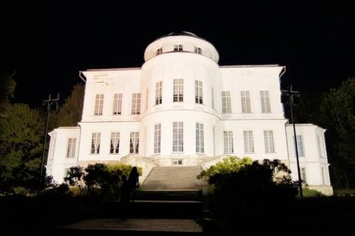 Вариант заливающей подсветки здания