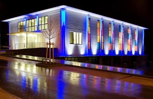 Подсветка здания с разноцветными стеклами