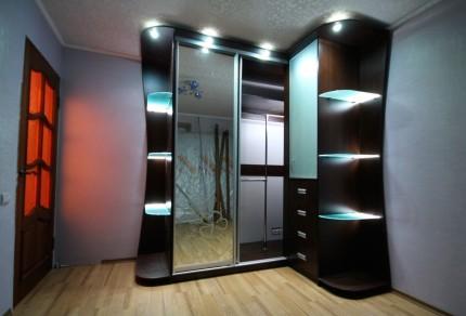 Шкаф со стеклянными полками