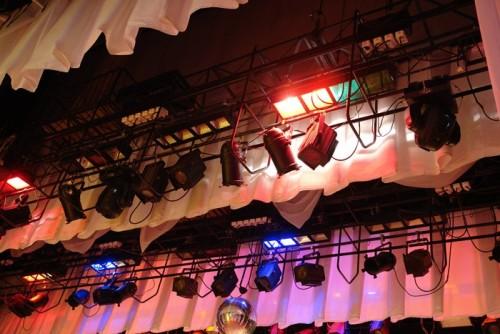 Источники света над сценой