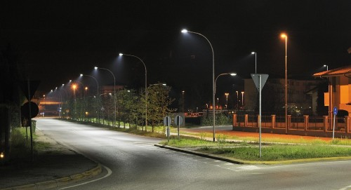 Дорога и осветительные конструкции