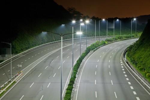 Вариант освещения широкой дороги