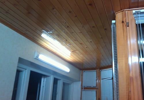Вариант удлиненного типа лампы для балкона