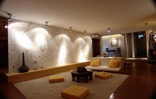Накладные поворотные лампы в комнате