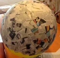 Шарик из старых газет склеенных клеем вокруг надувного шарика