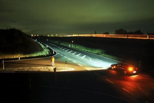 Освещения от автомобиля на дороге