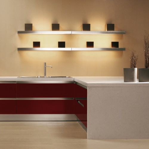 Полка с встроенными лампами для подсветки рабочей зоны кухни