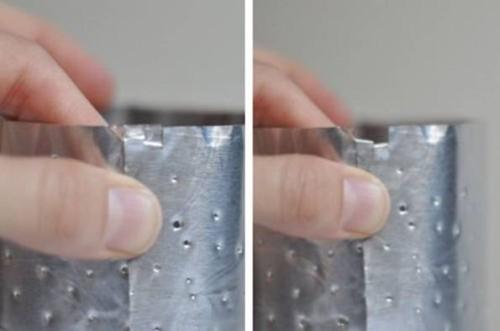 Сворачивание фольги с отверстиями к цилиндр для помещение в банку