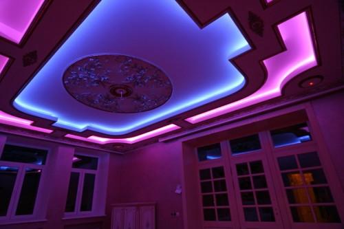 Применение разноцветных светодиодных лент для подсветки натяжных потолков