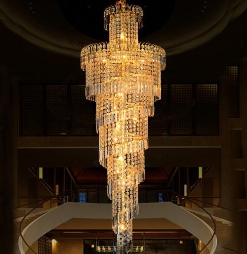 Вариант хрустальной люстры для гостиных с высоким потолком