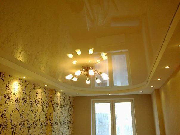 Освещение гостиной с натяжными потолками
