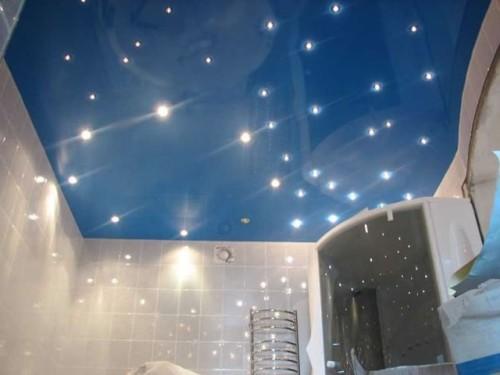 Создание уникального дизайна на потолке ванной с множеством точек света