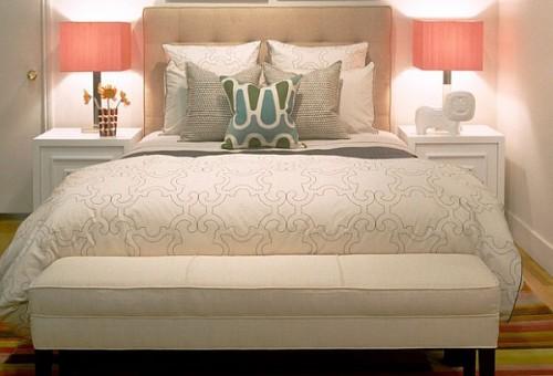 Оформление спальни со светильниками в тканевых абажурах