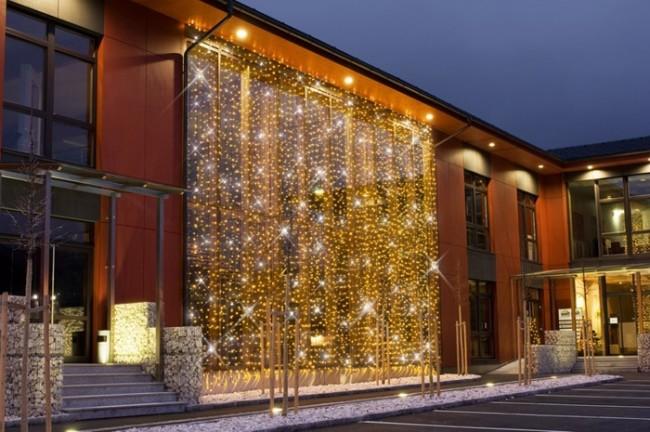 Светодиодные гирлянды на фасаде здания