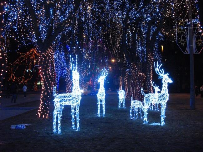 Фигуры подсвеченные светодиодными гирляндами