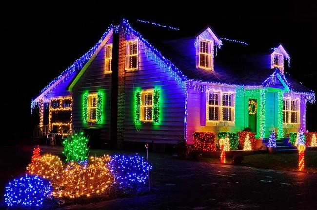 Разноцветные гирлянды на доме