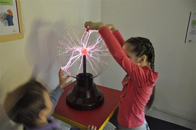 Дети и плазменные лампы-шар