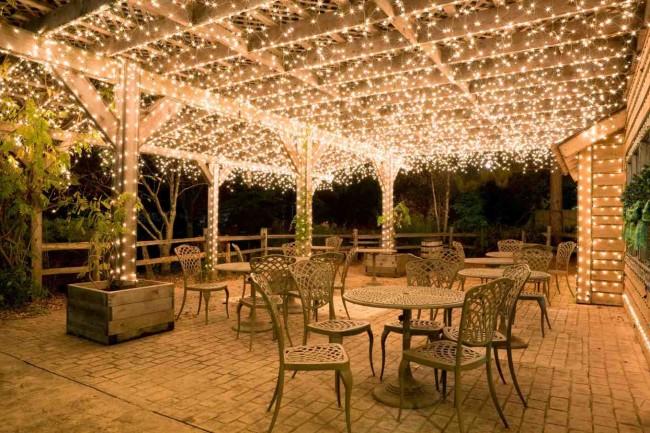 Освещение на летней площадке кафе