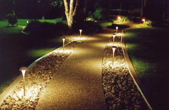 Дорожка подсвеченная торшерными светильниками