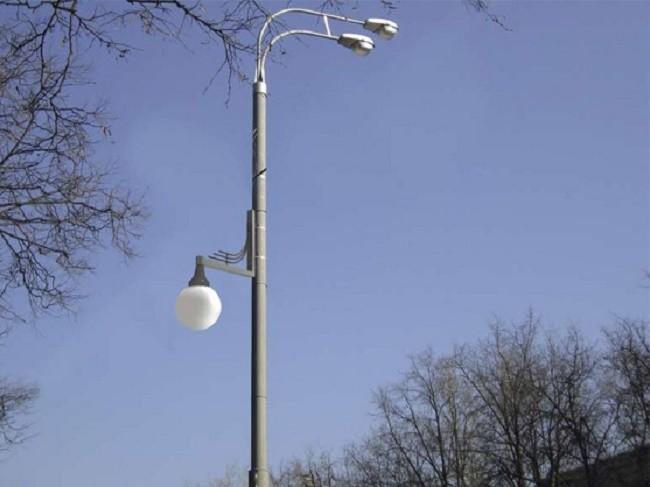 Фонарный столб со светильниками на кронштейнах