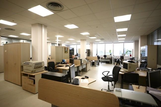 Пример офисного помещения с верхней подсветкой