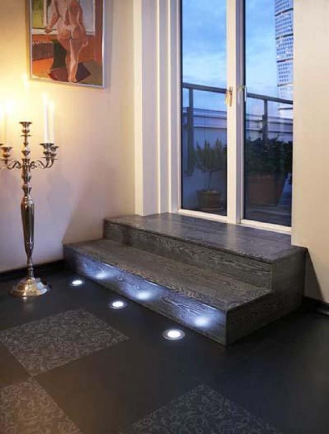 Комната с установленными напольными светильниками
