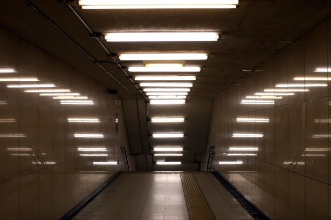 Туннель освещенный двухлаповыми люминесцентными светильниками