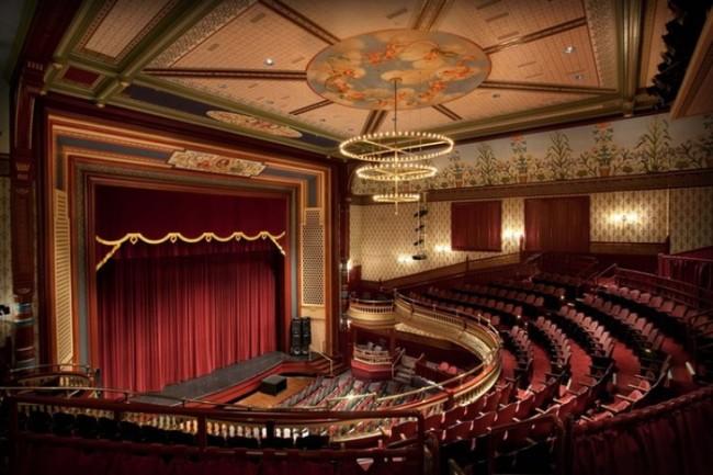 Применение люстры для освещения в театре
