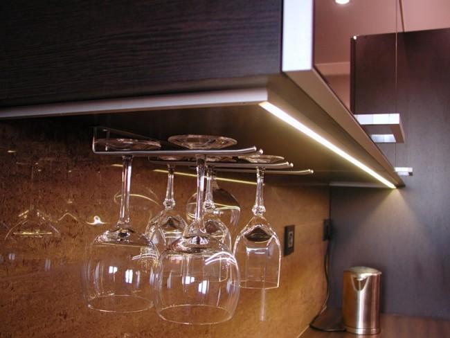 Светильник снизу кухонного шкафчика
