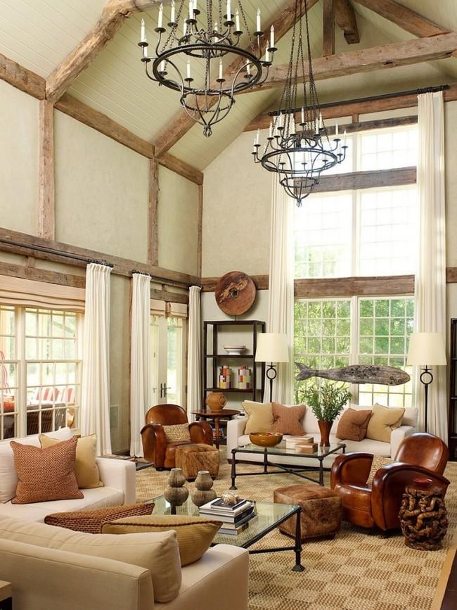 Люстра и интерьере комнаты с высокими потолками