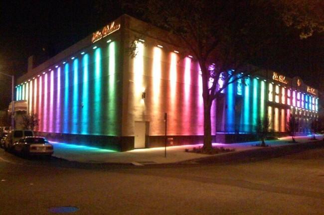 Внешний вид здания с цветной светодиодной подсветкой