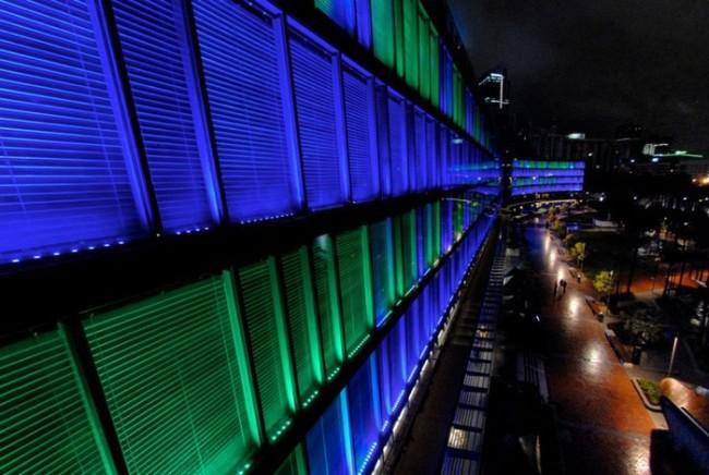 Внешний вид здания с установленными светодиодными линейными светильниками