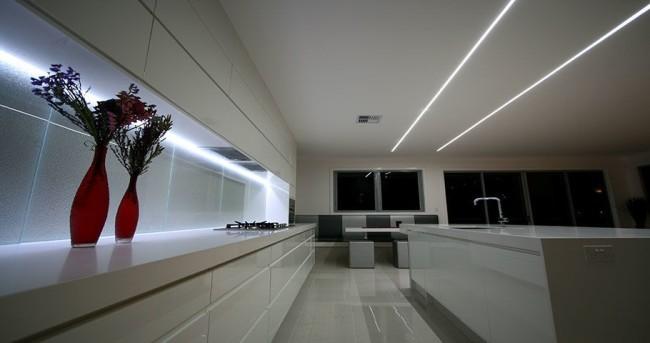 Линейные светильники в потолке