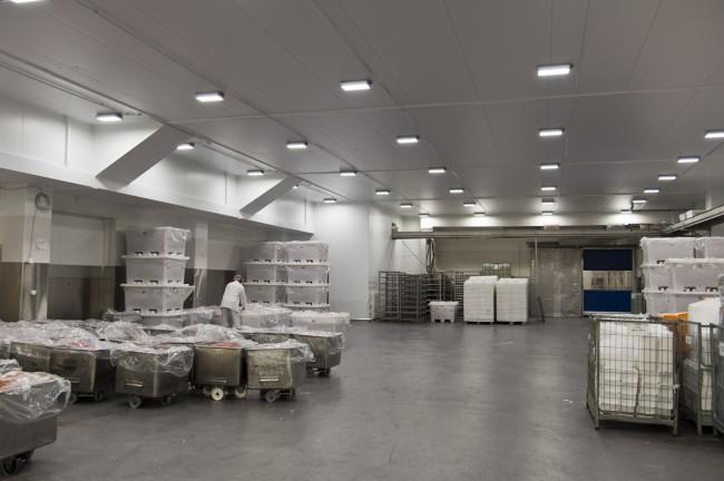 Освещение склада накладными светильниками