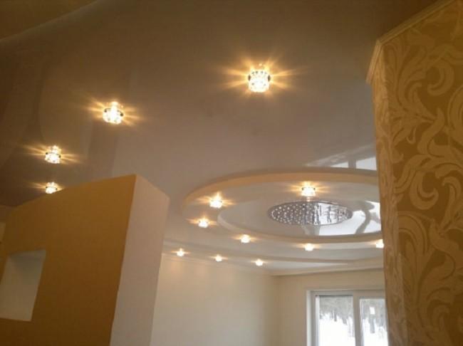 Внешний вид потолка с точечными светильниками